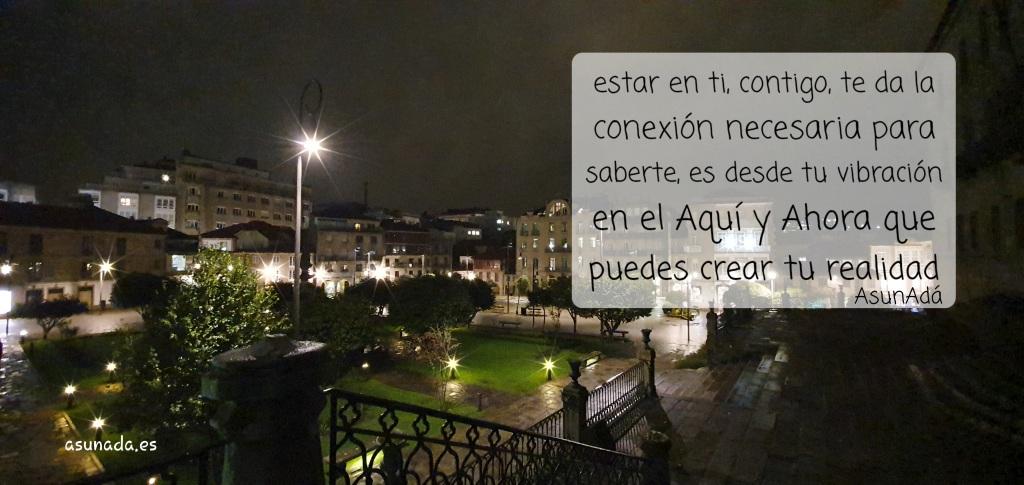 Conocer Nuevos Mundos. Fotografía nocturna jardín en ciudad con destellos de estrella en farola y luces bajas.