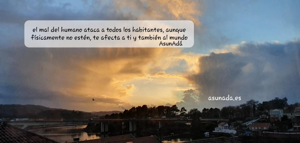 Nubes sobre un cielo con intensos colores dorados y azules en un Atardecer de invierno sobre la ría de Pontevedra,  por AsunAdá