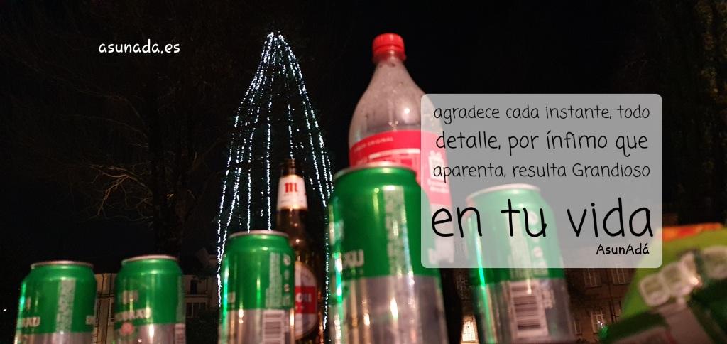 Imagen de latas, botellas dejadas en la acera y al fondo un árbol de Navidad en Pontevedra por AsunAdá