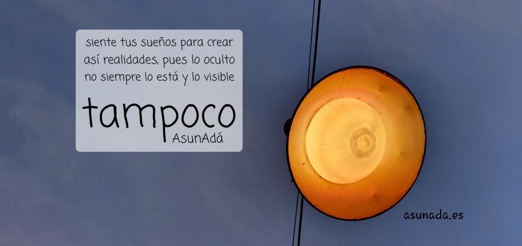 Una farola redonda suspendida en medio del cielo con unos cables, ella tiene la lámpara y su luz naranja de donde un cielo azul con nubes. Una caja con texto a la izquierda que dice: Siente tus sueños para crear así realidades, pues lo  oculto no siempre lo está y, lo visible tampoco, por AsunAdá y la web www.asunada.es  tampoco.