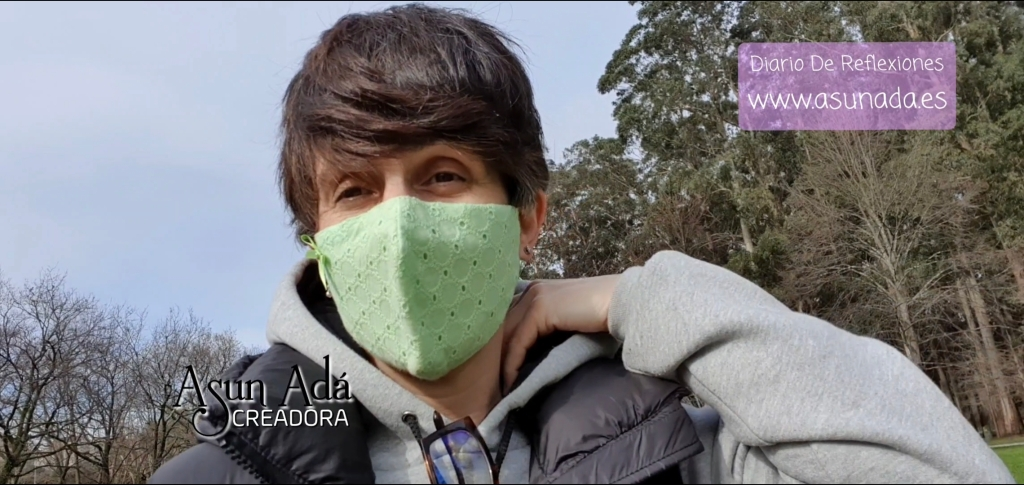 Autorretrato #AsunAdá con #mascarilla verde, de pelo corto hacia la frente, sudadera gris de capucha y chaleco negro también con capucha y con la web www.asunada.es referente a la entrada del Vídeo-Blog del propio #blog Diario De Reflexiones en el canal de YouTube/AsunAdá