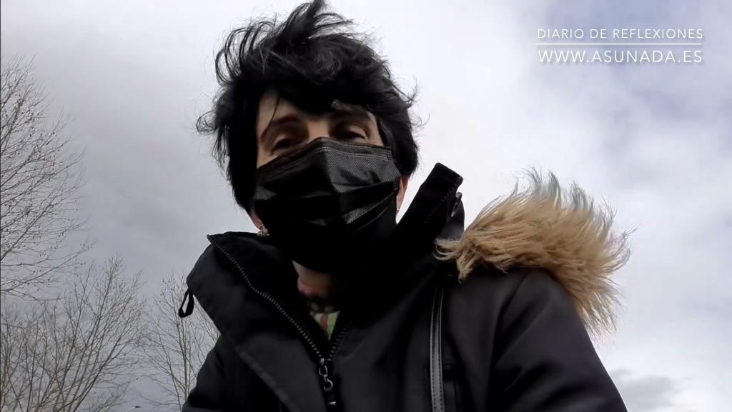 Autorretrato AsunAdá con mascarilla y chaqueta negras con fondo de cielo con nubes. Textos: Diario De Reflexiones y la web www.asunada.es