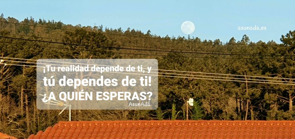 Luna llena apareciendo entre las copas de los árboles tras un tejado con una antena. Caja de texto: ¡Tu realidad depende de ti, y tú dependes de ti! ¿A QUIÉN ESPERAS? Por AsunAdá y web asunada.es