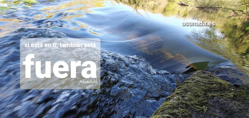 Agua en calma y un remanso en caída con caja de texto: si está en ti, también está fuera, por AsunAdá y la web www.asunada.es