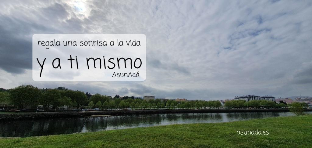 """Paisaje del río con Caja de texto """"regala una sonrisa a la vida y a ti mismo"""" por AsunAdá"""