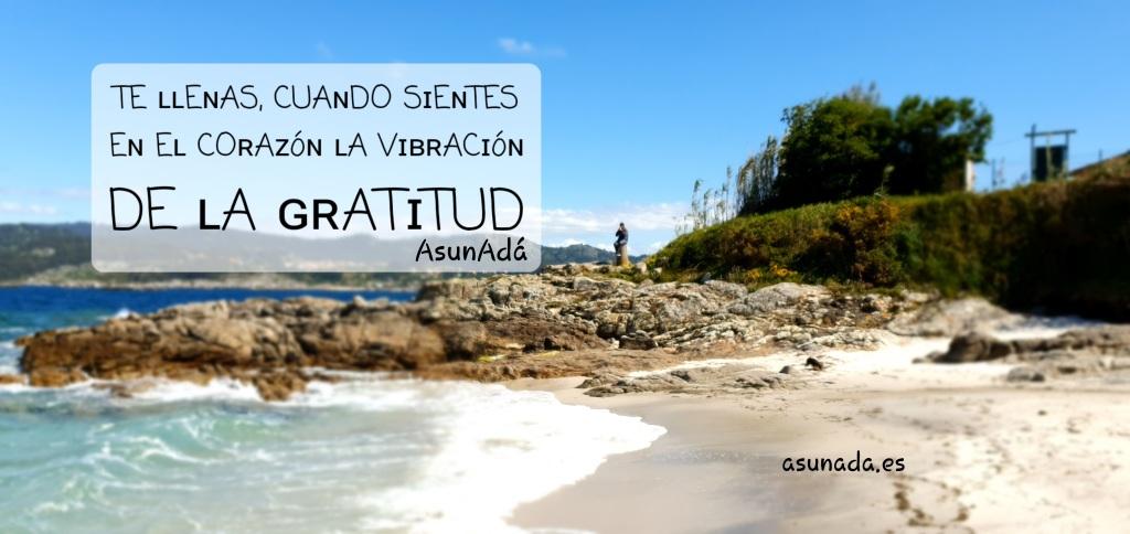 Panorámica de playa a la derecha con rocas al fondo y mar a la izquierda con caja de texto:TE ʟʟEɴAS , CUAɴDO SɪEɴTES Eɴ Eʟ COʀAᴢ óɴ ʟA VɪʙʀACɪ óɴ DE ʟA ɢʀATɪTUD por AsunAdá www.asunada.es