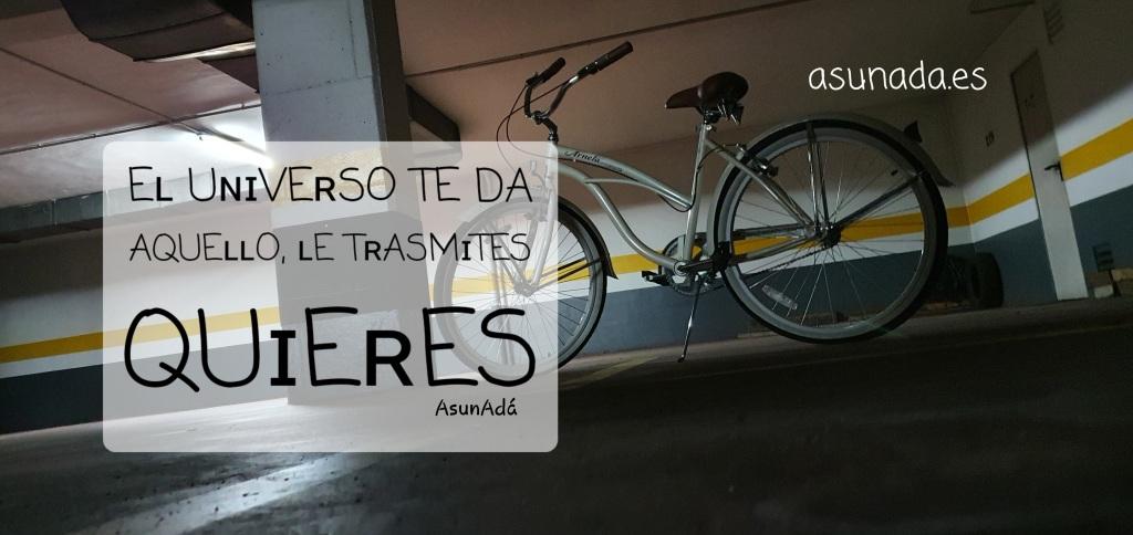 """Bicicleta en un garaje interior sol, con caja de texto: """"el universo te da aquello le trasmites quieres"""" canalización por AsunAdá"""