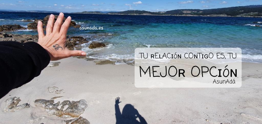 Caja de texto sobre arena de playa y mar:  TU ʀEʟACɪóɴ COɴTɪɢO ES, TU MEJOʀ OPCɪóɴ por AsunAdá y www.asunada.es