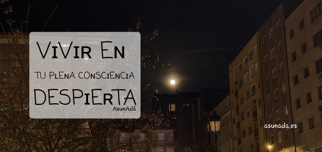 Luna llena entre edificios con caja de texto:  VɪVɪʀ Eɴ TU PʟEɴA COɴSCɪEɴCɪA DESPɪEʀTA por AsunAdá en Pontevedra