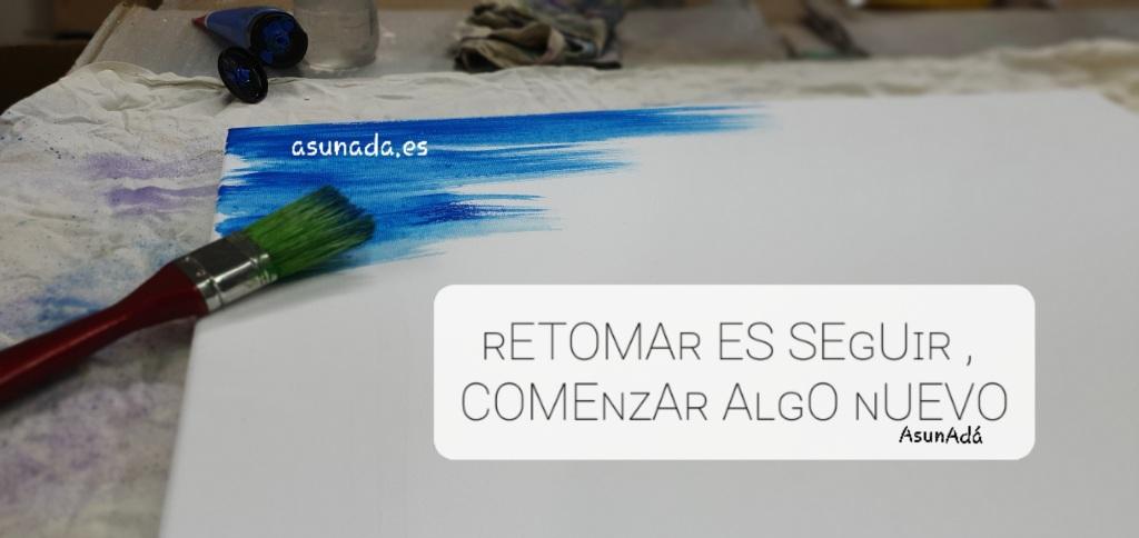 Lienzo en blanco con esquina superior Izquierda pintada de azul y un pincel sobre él con  Caja de texto: ʀETOMAʀ ES SEɢUɪʀ , Y COMEɴᴢAʀ AʟɢO ɴUEVO por AsunAdá y www.asunada.es
