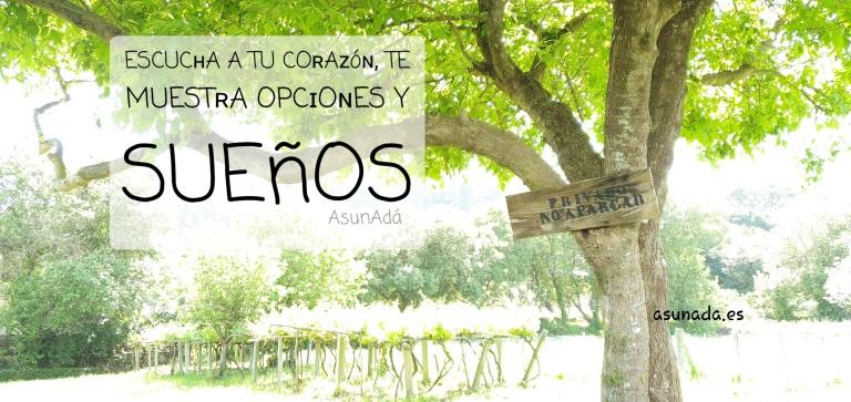 Árbol con cartel de madera: Privado No Aparcar y caja de texto: ESCUCʜA A TU COʀAᴢóɴ, TE MUESTʀA OPCɪOɴES Y SUEñOS por AsunAdá