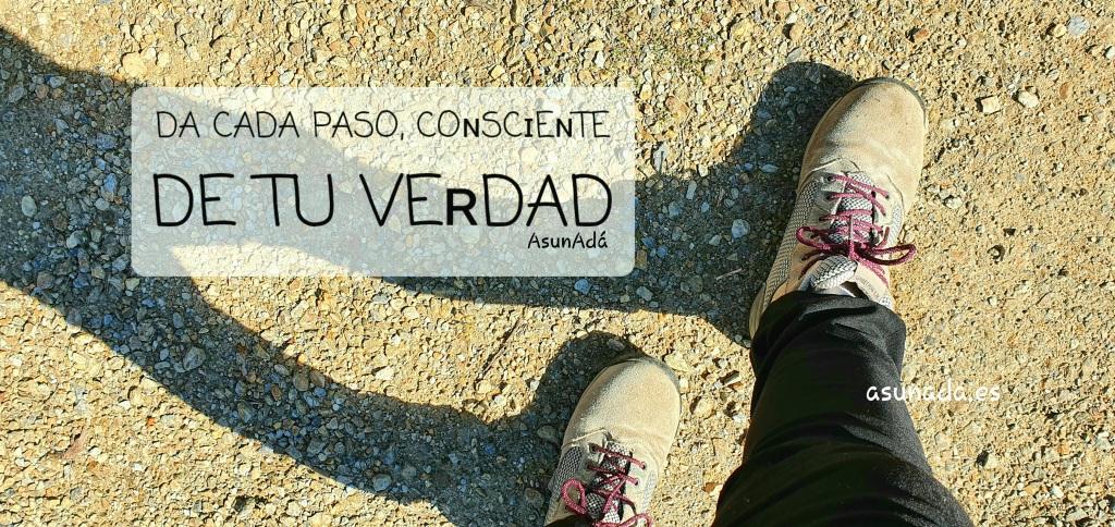 Con botas por camino de tierra, con caja de texto: DA CADA PASO, COɴSCɪEɴTE DE TU VEʀDAD por AsunAdá