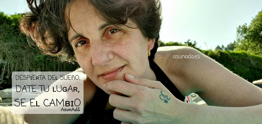 Autorretrato AsunAdá tumabada en la playa, con caja de texto DESPɪEʀTA DEʟ SUEñO, EʀES TODO, DATE TU ʟUɢAʀ, SE Eʟ CAMʙɪO. www.asunada.es