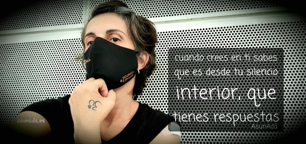 """Autorretrato AsunAdá con mascarilla recién vacunada COVID con caja de texto  """"cuando crees en ti sabes que es desde tu silencio interior, que tienes respuestas"""""""