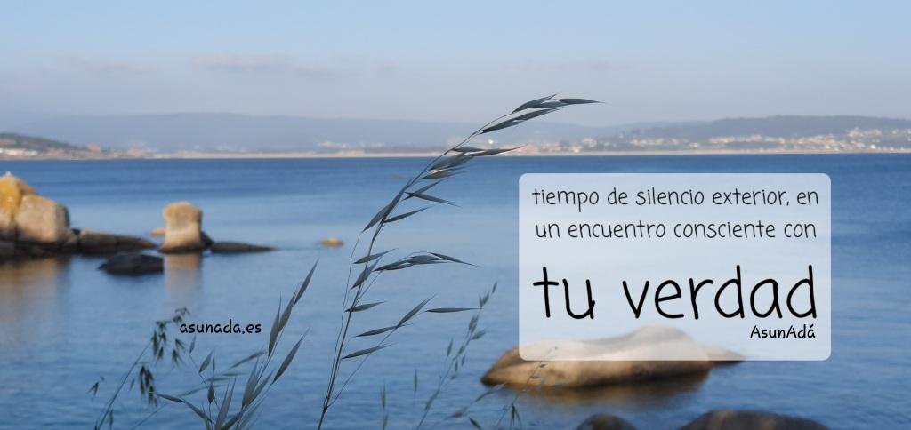 Panorámica de mar y rocas, con caja de texto: tiempo contigo, en silencio exterior, un encuentro con tu verdad y reConocimiento, por AsunAdá