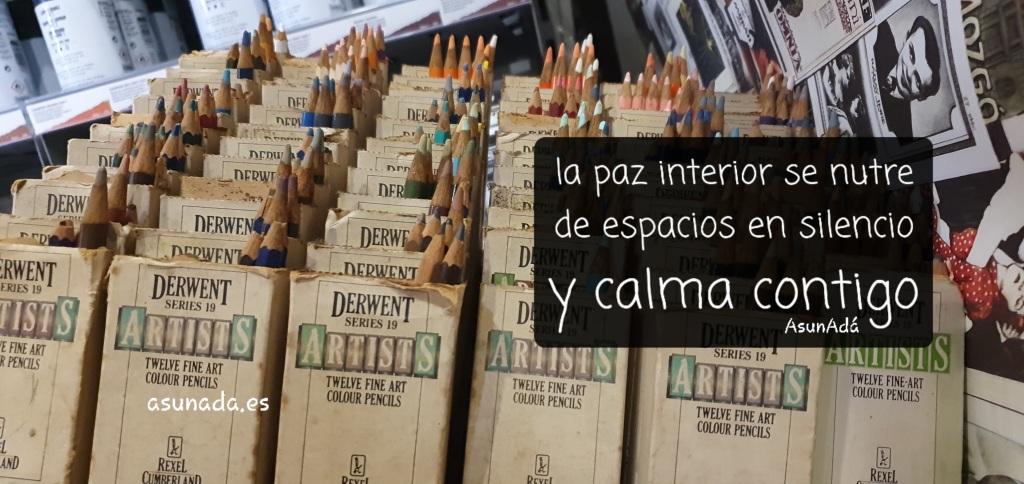 """Cajas de lápices de colores con caja de texto """"la paz interior se nutre de esos espacios en silencio y calma contigo"""" por AsunAdá"""