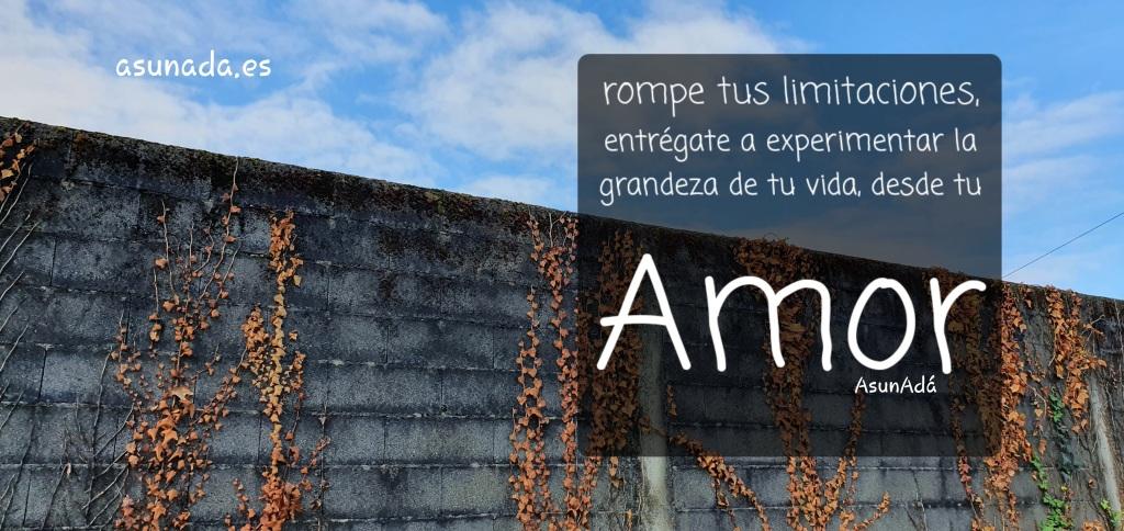 Muro con hiedra y cielo azul con nubes blancas. Caja de texto: rompe rus limitaciones, entrégate a experimentar la grandeza de tu vida desde tu Amor, por AsunAdá